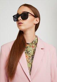 HUGO - Sunglasses - black/red - 3