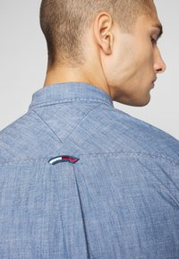 Tommy Jeans - TJM CHAMBRAY BADGE SHIRT - Shirt - mid indigo - 3