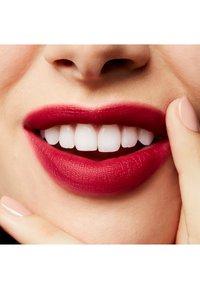 MAC - POWDER KISS LIQUID LIPCOLOUR - Liquid lipstick - burning love - 4