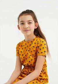 WE Fashion - MET PALMBOOMDESSIN - Day dress - ochre yellow - 2