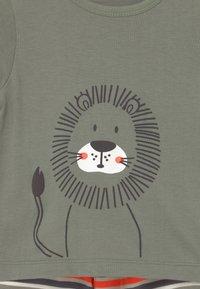 Staccato - SET - Print T-shirt - khaki/orange - 3