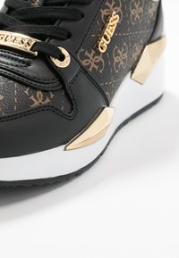 Guess - TALLYN - Sneakersy niskie - brown/black - 2