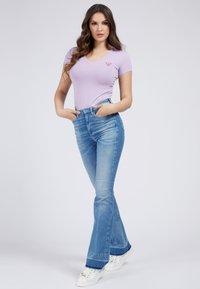 Guess - MINI TRIANGLE - T-shirt print - violet - 1