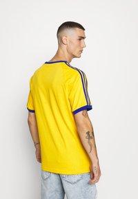 adidas Originals - 3 STRIPES TEE UNISEX - Print T-shirt - actgol/royblu - 2
