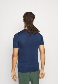 Tommy Hilfiger - MOTION FLAG TRAINING TEE - Basic T-shirt - blue - 2