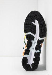 ASICS - GEL-QUANTUM 360 5 - Zapatillas de running neutras - white/sour yuzu - 4