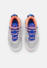 Nike Performance - TEAM HUSTLE UNISEX - Koripallokengät - desert sand/light smoke grey - 3