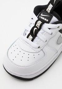 Nike Sportswear - FORCE 1 UNISEX - Lauflernschuh - white/black/silver - 5
