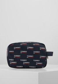 Tommy Jeans - TJM COOL CITY WASHBAG NYL PNT - Accessorio da viaggio - white - 2