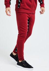 Illusive London Juniors - GRAVITY - Tracksuit bottoms - red - 3