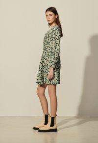 sandro - Sukienka letnia - vert/noir - 1