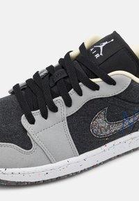 Jordan - AIR 1 SE  - Sneakers laag - light smoke grey/multicolor/black/racer blue - 4
