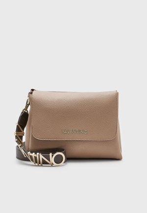 ALEXIA - Handtasche - camel