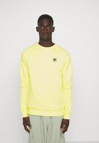 adidas Originals - ESSENTIAL CREW - Collegepaita - pulse yellow - 0