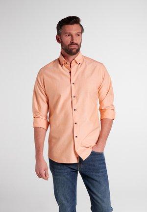 REGULAR FIT - Overhemd - pfirsich