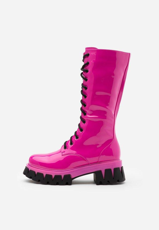 VEGAN TRINITY - Stivali con plateau - pink