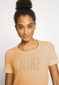 Nike Performance - W NK INFINITE TOP SS GX - T-shirts med print - topaz gold - 3