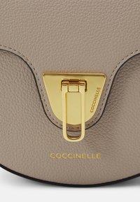 Coccinelle - BEAT SOFT - Taška spříčným popruhem - powder pink - 3