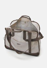 Reebok Classic - CLASSIC TAILORED PACKABLE GRIP SEASONAL UNISEX - Sportovní taška - sand stone - 2
