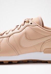 Nike Sportswear - INTERNATIONALIST PRM - Trainers - beige/white/med brown - 2