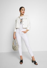 Nly by Nelly - CROPPED TRUCKER JACKET - Denim jacket - white - 1