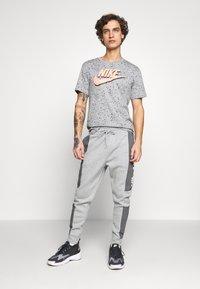 Nike Sportswear - M NSW NIKE AIR PANT FLC - Teplákové kalhoty - dark grey heather/charcoal heather/white - 1