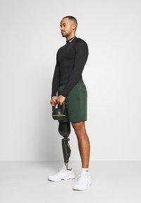 Nike Performance - SHORT YOGA - Korte sportsbukser - galactic jade/black - 1
