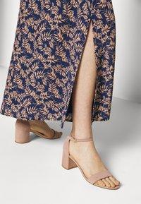 IVY & OAK - NOCCIOLO - Maxi skirt - dusty ink fern - 3