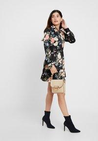 Missguided Petite - BUTTON FRONT SMOCK SHIRT DRESS FLORAL - Shirt dress - black - 1