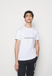 EA7 Emporio Armani - T-shirt med print - white/black - 0