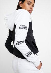 adidas Originals - HOODED - Huvtröja med dragkedja - white/black - 5