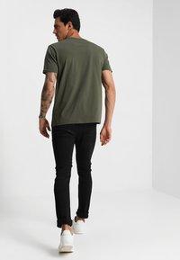 Alpha Industries - Print T-shirt - dark oliv - 2