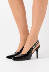 Versace Jeans Couture - Lodičky na vysokém podpatku - nero - 0