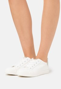 Dorothy Perkins Wide Fit - WIDE FIT INKY BACK TAB SPORT - Sneakers laag - gold - 0