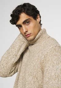 TOM TAILOR - TURTLE NECK SWEATER - Stickad tröja - white/camel - 3