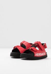 Versace - LOGO - Sandaalit nilkkaremmillä - passion/oro caldo - 2