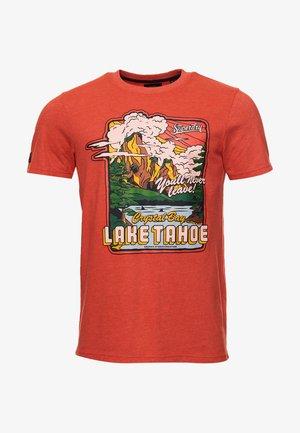 HERITAGE MOUNTAIN - Print T-shirt - flare orange