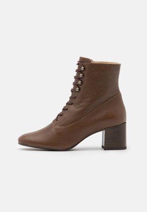 LEATHER - Šněrovací kotníkové boty - brown