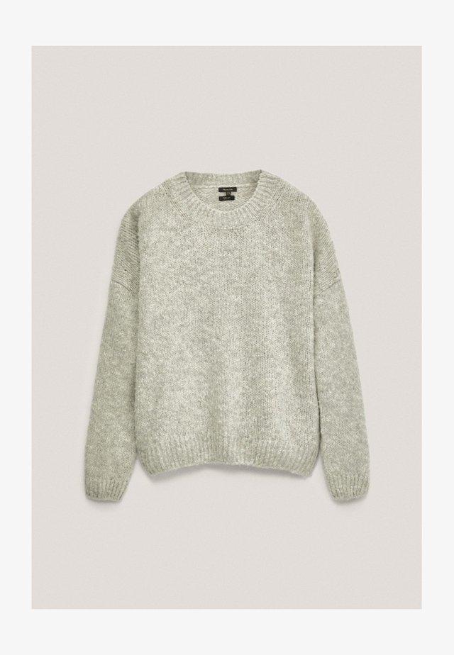 MIT RUNDAUSSCHNITT - Sweter - grey