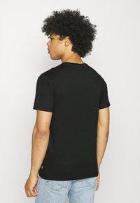 Levi's® - BOXTAB GRAPHIC TEE - Camiseta estampada - caviar - 2