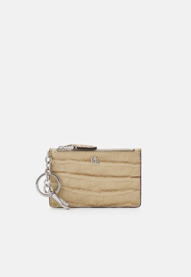 MATTE EMBOSS ZIP CARD - Wallet - dune tan