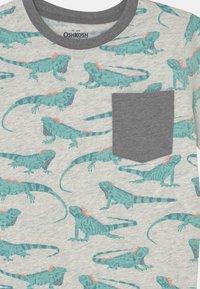 OshKosh - Iguana Pocket Tee - Print T-shirt - light mottled grey/mint - 2