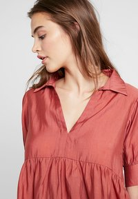 Lost Ink - OVERSIZED SMOCK BLOUSE - Blouse - rust - 4