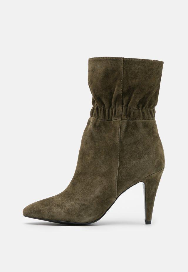 Kotníková obuv na vysokém podpatku - kaki