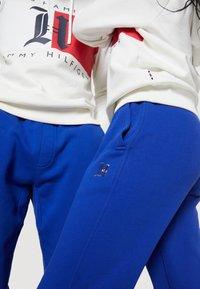 Tommy Hilfiger - LEWIS HAMILTON UNISEX PCR SWEATPANTS - Spodnie treningowe - sapphire blue - 4