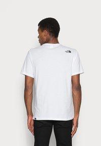 The North Face - FINE TEE - Camiseta estampada - white/black - 2