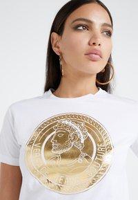Versace Jeans Couture - Triko spotiskem - bianco ottico - 3
