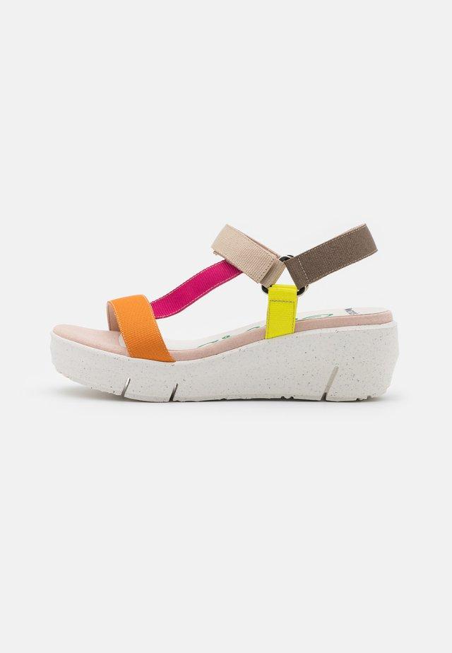 Sandały na platformie - orange