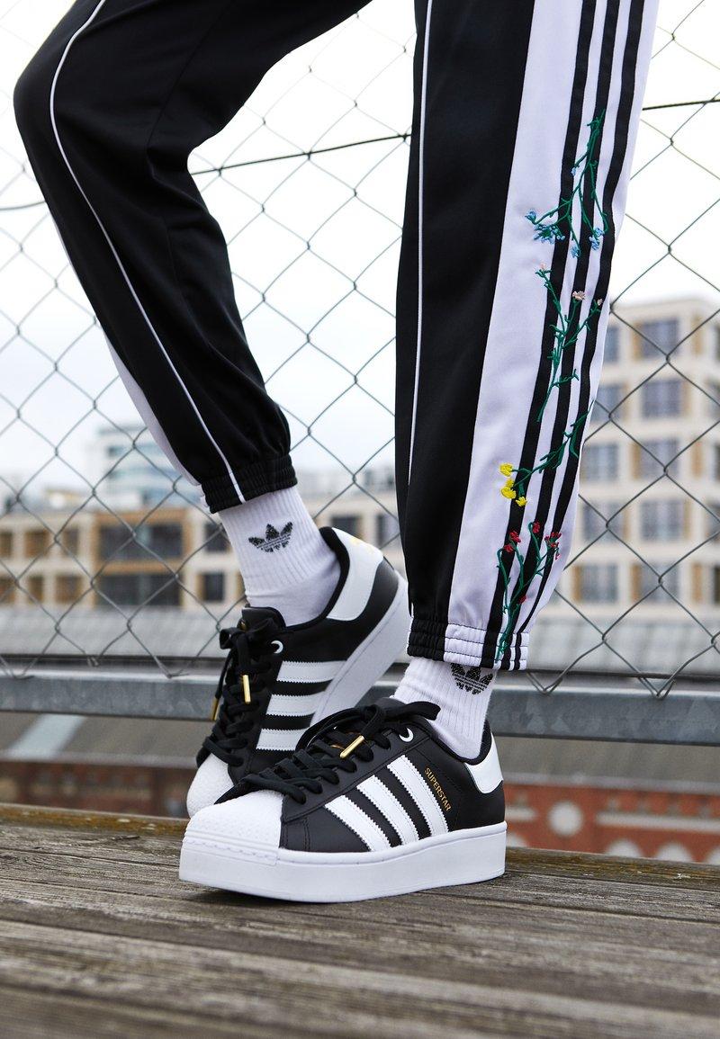 Cubo Agregar ignorar  adidas Originals SUPERSTAR BOLD - Trainers - core balck/footwear white/gold  metallic/black - Zalando.co.uk