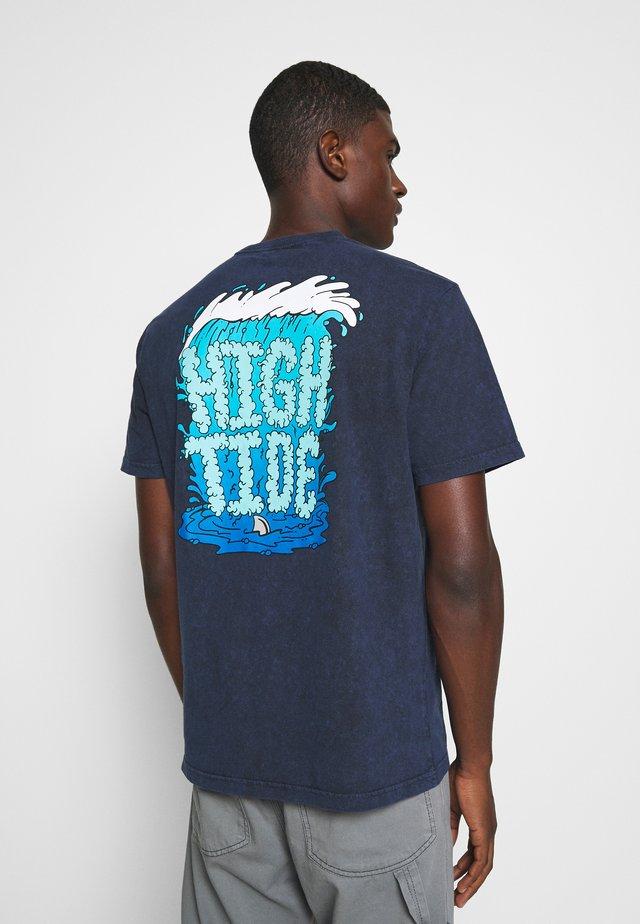MANHATTAN WASH TEE - T-shirt con stampa - cobalt
